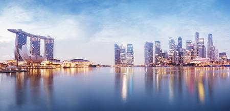 夜にシンガポールの s のスカイラインのパノラマ画像 報道画像