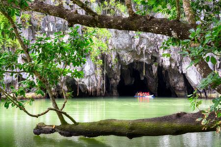 訪問者はプエルト ドリッサ プエルト プリンセラ地下川、新しい 7 自然の驚異の一つとして入って地下川