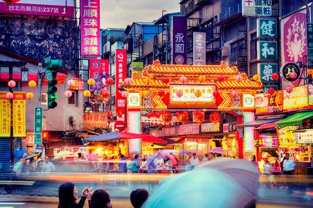 Entrance of Raohe Street Night Market in Taipei  Редакционное