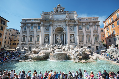Trevi fountain with crowd of tourists. 新聞圖片
