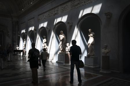 Roma, Italia - 16 maggio 2012: I visitatori di Musei Vaticani, la nuova ala (Braccio Nuovo) Editoriali
