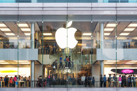 Hong Kong, Hong Kong SAR -November 08, 2014:A busy Apple Store in Hong Kong located inside IFC shopping mall, Hong Kong. Редакционное