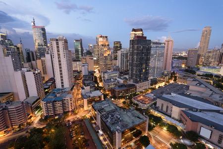 Eleveted, avond uitzicht van Makati, het zakelijke district van Metro Manila.