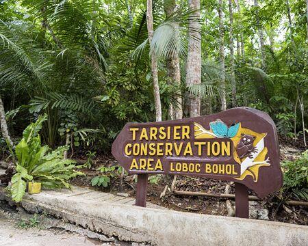ortseingangsschild: Loboc Town, Bohol, Philippinen - 29. Mai 2015: Entrance sign an der Tarsier Conservation Area in Lobol, Bohol Island. Editorial