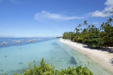 Bohol, Philippines - 1 juni 2015: Alona Beach in Panglao Island, Bohol. Aloha Beach is de meest visitedtourist plek in Bohol. Redactioneel