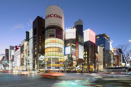 Tokio, Japón - 18 de enero de 2015: el distrito comercial de Ginza en hora punta en Tokio. El icónico edificio de Sanaa está en el fondo. Editorial