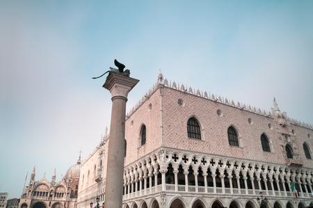 leon con alas: Venecia, Italia 20-noviembre de 2011: El león de Venecia en la Plaza de San Marcos en Venecia.