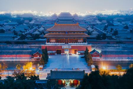Beijing, China - 18 oktober 2015: Toeristen in de Verboden Stad in Beijing, China. De Verboden Stad werd in 1987 uitgeroepen tot werelderfgoedlijst en is door UNESCO aangemerkt als de grootste collectie bewaard gebleven oude houten structuren ter wereld. Stockfoto - 61696474