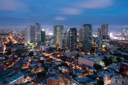 """Makati is een stad in de regio Metro Manila in de Filippijnen â ? """"het financiële centrum van het landâ ?   ï ¿½. Het staat bekend om de wolkenkrabbers en winkelcentra van het Makati Central Business District en de Ayala Triangle Gardens, een gebied met bomen"""