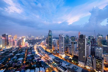 Skyline van de stad Makati 's nachts. Manila, Filippijnen.