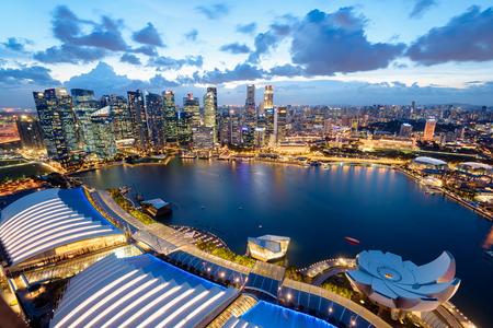 夜のシンガポールのスカイラインの立面図