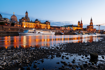 Dresden Old Town architecture with Elbe river embankment at night,  Saxony, Germany. Standard-Bild