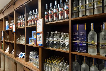 Warschau, Polen - 20.Oktober 2018: Verschiedene Arten von Wodkas zum Verkauf im Warschauer Wodka-Museum.