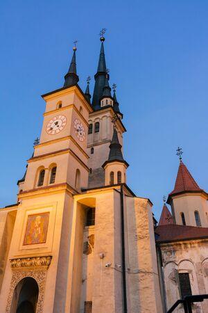 Brasov, Romania - Nov 09, 2019: Saint Nicholas Church at night Brasov City, Transilvania, Romania. Biserica Sfantul Nicolae Banco de Imagens