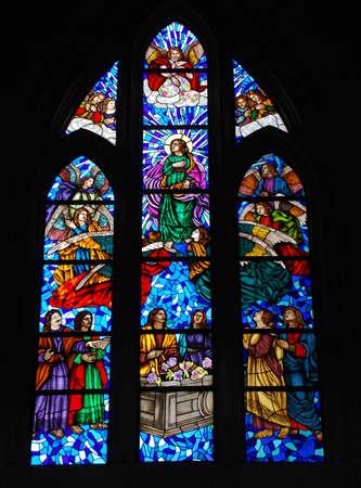 アルムデナ大聖堂、マドリードでステンド グラスの窓
