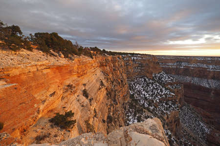 View of the Grand Canyon under a complex cloudscape from the South Rim Trail in Grand Canyon National Park, Arizona, in winter. Imagens