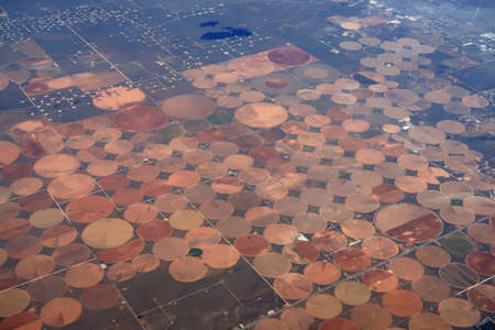Aerial view of circular irrigated fields near the border between Utah and New Mexico. 版權商用圖片