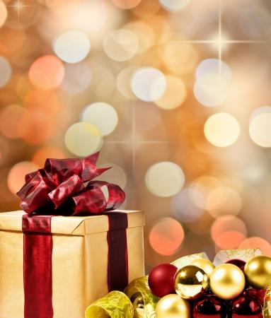 boldog karácsonyt: Karácsonyi ajándék dekoratív karácsonyi buborékok és szalag (arany, piros és zöld)
