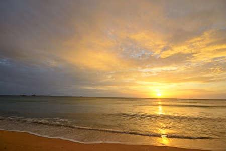Lange blootstelling wazig zeegezicht bij zonsopgang van de woestijn strand van Nilaveli, Sri Lanka Stockfoto