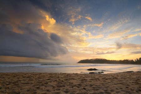 Net als een atoomexplosie, wolken verzamelen aan de horizon in de schemering genomen door een dubbele belichting shot van het tropische strand van Mirissa, Sri Lanka, tijdens de moesson tijd
