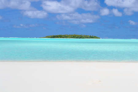 desert island: The gorgeous color of Aitutaki lagoon and his remote atolls, Cook Islands