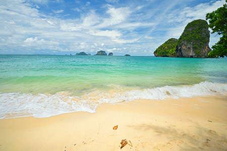railey: Durante la stagione dei monsoni in panoramica Railey Bay, Krabi, nel sud della Thailandia alta marea
