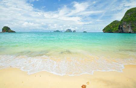 railey: Durante la stagione dei monsoni in scenico Railey Bay, Krabi, nel sud della Thailandia alta marea