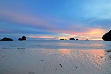 railey: Bassa marea con un vibrante tramonto colorato nel maestoso scenario di Railey Bay, Krabi, nel sud della Thailandia Immagine mossa, l'esposizione molto lunga
