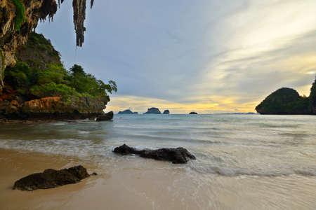 railey: Romantico tramonto nel maestoso scenario di Railey Bay, Krabi, nel sud della Thailandia Immagine mossa sulle onde, l'esposizione a lungo Archivio Fotografico