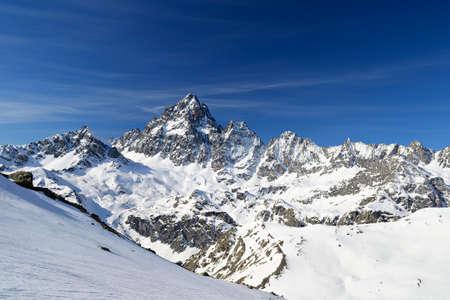 꼭대기가 눈으로 덮인: 봄의 장엄한 산골 Monviso (M. VISO, 3천8백41m)에 멋진 넓은 각도보기, 포 밸리, 몬 트, 이탈리아.