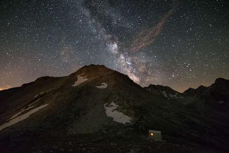 De Melkweg over de bergen, lange blootstelling genomen op 2500 m in het Italiaans-Franse Alpen hoge iso digitale ruis, korrelig