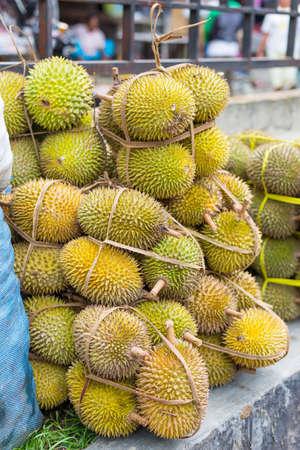 south east asian: Almuerzos durians listo para vender en el sureste de mercado asi�tico. Enfoque selectivo.