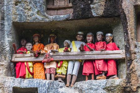Londa (Tana Toraja, Zuid Sulawesi, Indonesië), de beroemde begraafplaats met doodskisten geplaatst in grotten uitgehouwen in de rotsen, bewaakt door balkons van gekleed houten beelden, beelden van de dode personen (de zogenaamde tau tau in de lokale taal).