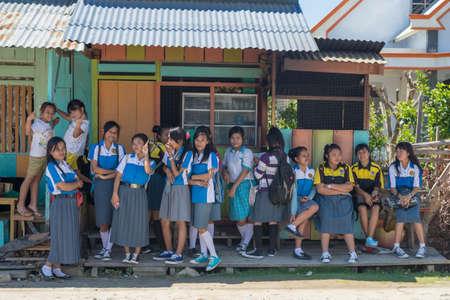 Tentena, Sulawesi, Indonesië - 21 augustus 2014: Groep schoolmeisjes van Indonesische afkomst in blauw en wit uniform lachend terwijl hij naar de camera in Tentena, Sulawesi, Indonesië.