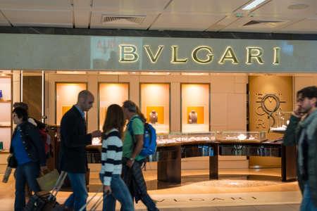 luxury goods: Roma Italia 28 de abril 2015: traveler39s Compa�eros caminando delante de una tienda de Bulgari en el aeropuerto de Fiumicino en Roma Italia. Bulgari es una marca de �xito italiana de joyas y art�culos de lujo fundada en 1884.