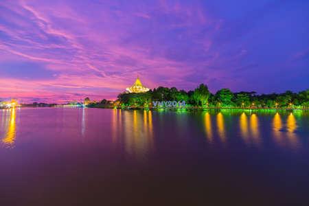 Kleurrijke hemel bij schemer op de rivier de Sarawak van de Waterfront Promenade in Kuching, Borneo, Maleisië.
