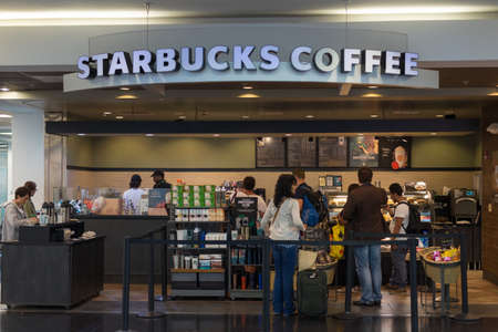 Miami, U.S.A. - September 12, 2015: Starbucks Coffee store at Miami International Airport, U.S.A. Publikacyjne