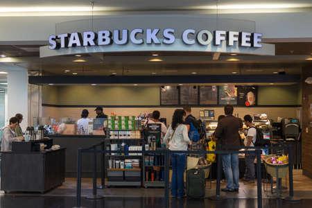 Miami, USA - 12 september 2015: Starbucks Coffee winkel op Miami International Airport, Verenigde Staten