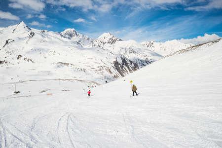 Snelheid skiën op besneeuwde helling in het beroemde en schilderachtige skigebied van La Thuile, Italië. Radiale vage motie effect toegepast. Onherkenbare mensen.