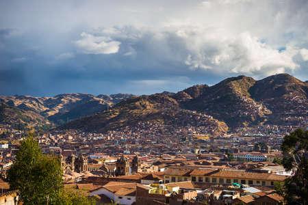 south america: Paisaje urbano de Cusco al atardecer con espectacular cielo y nubes de tormenta. Cusco es uno de los destinos tur�sticos m�s importantes del Per� y de toda la Am�rica del Sur.
