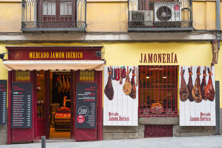 "Madrid, Spanje - 13 september 2015: Bewaar de verkoop van Spaanse ham (vert ""Merdado Jamon Iberico"" of ""Jamoneria"".) In het centrum van Madrid, Spanje."