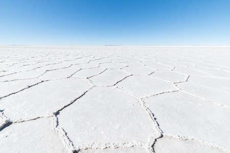 sal: Amplio ángulo de visión de la famosa Salar de Uyuni, entre el destino turístico más importante en los Andes bolivianos. Cierre de formas hexagonales de las salinas.