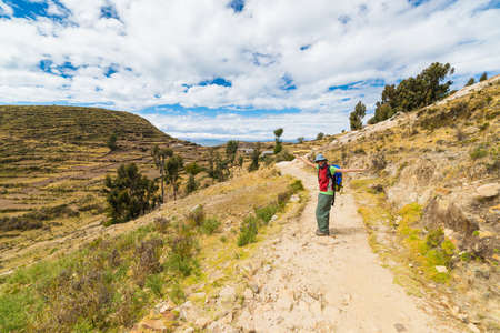 brazos extendidos: Woman with outstretched arms on Incas trail at the Island of the Sun, Titicaca Lake, Bolivia. Concepts of people traveling around the world.