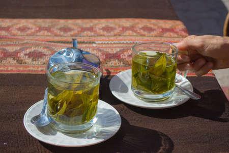 """Koppen van de thee met cocabladeren infusie bekend als """"Mate de Coca"""", typisch drankje van de lokale bevolking het verlaten van op grote hoogte in de Andes in Peru en Bolivia. Shot direct boven met natuurlijk daglicht."""