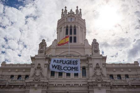 """Madrid, Spanje - 13 september 2015: """"Vluchtelingen welkom"""" plakkaart geplaatst op het stadshuis gebouw gevels van Madrid, het geven van de welkom aan de Syrische vluchtelingen in de stad."""