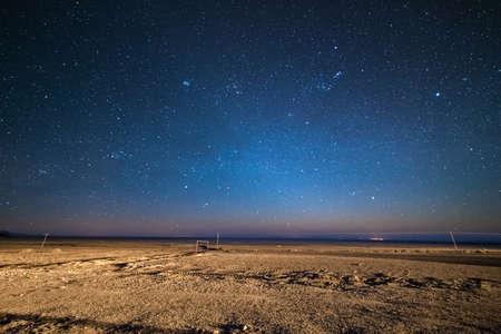 Uitzonderlijke sterrenhemel op grote hoogte op de kale hooglanden van de Andes in Bolivia. Voetbalveld (voetbalveld) in het midden van nergens. Winter seizoen. Stockfoto