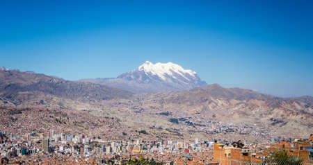 estilo urbano: Cityscape of La Paz from El Alto, Bolivia, with the stunning snowcapped mountain range in the background.