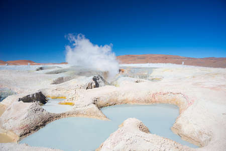 desert: Steaming hot water ponds and mud pots in geothermal region of the Andean Highlands of Bolivia. Roadtrip to the famous Uyuni Salt Flat. Foto de archivo