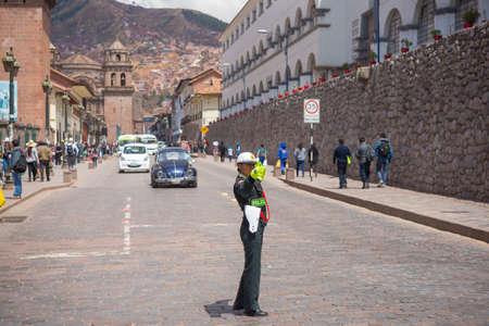 Cusco, Peru - 9 september 2015: Verkeerspolitie vrouw in de straten van Cusco, de voormalige Inca hoofdstad, beroemde reisbestemming in Peru en een van de meest bezochte historische steden in de wereld.