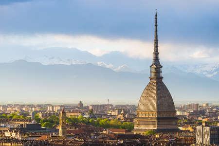 Cityscape van Turijn (Turijn, Italië) bij zonsondergang met details van de Mol Antonelliana torenhoog op de stad. Windonweerswolken over de Alpen op de achtergrond.